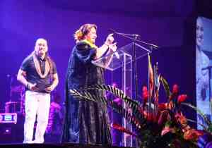 Hulu Lindsey thanks her family and supporters after receiving the Female Vocalist of the Year Award from artist/musician Keali'i Reichel. (Photo by Jonathan Evangelista)
