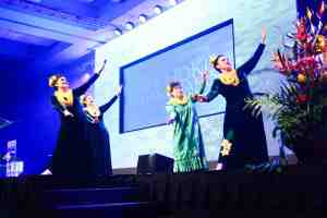Kau`i Dalire performs with her sisters and mom at the awards show. (Photo by Jonathan Evangelista)
